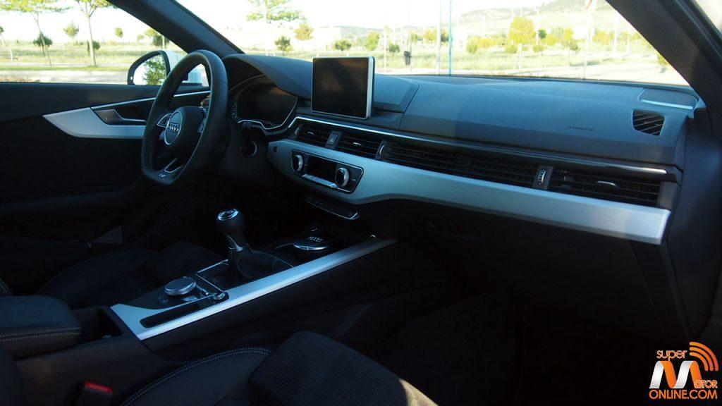 Al volante del Audi A4 Sedan 2016 13-spm