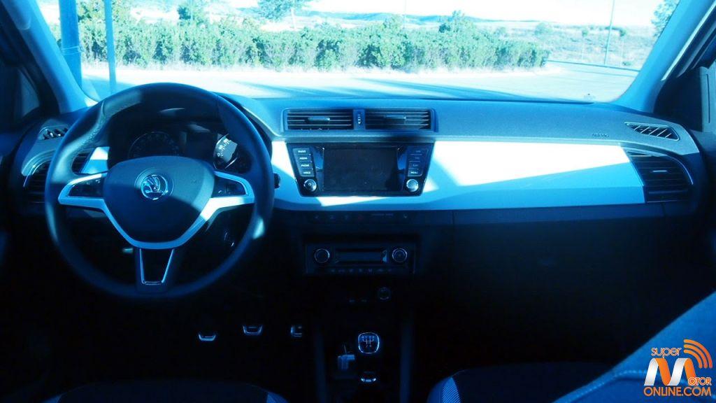 Al volante del Skoda Fabia Combi 17-spm