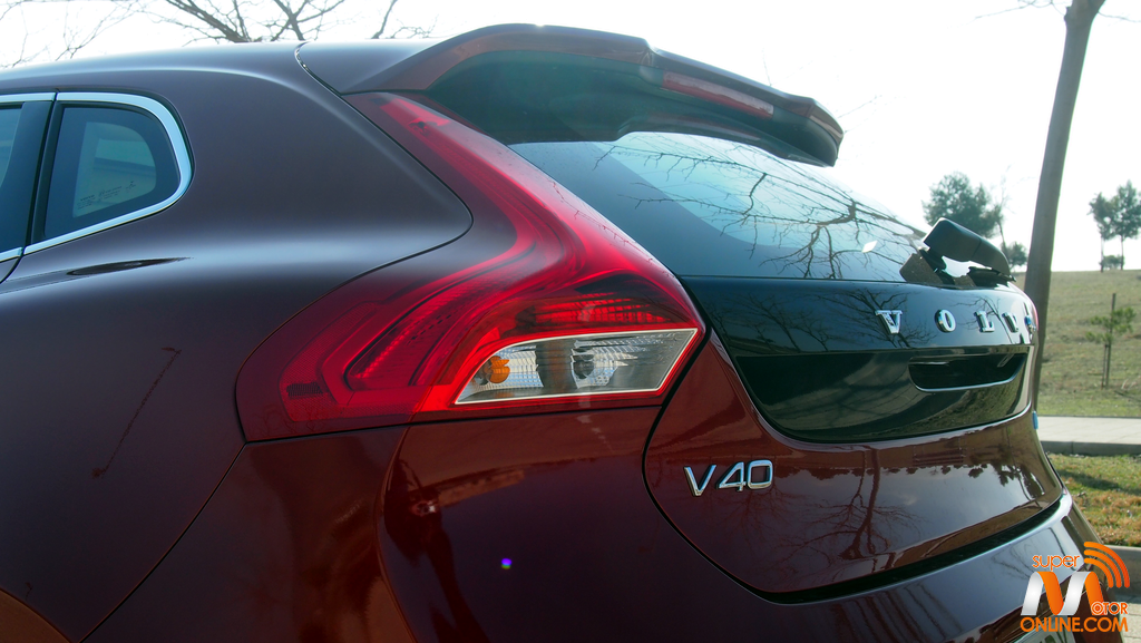Al volante del Volvo del Volvo V40 D3 2017